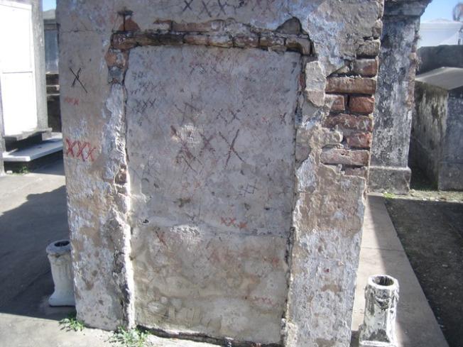 女巫墓上被畫了許多X。