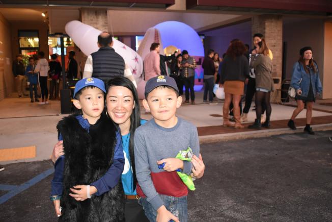 劉向安與兒子在燈飾前合影。(記者吳炳宏/攝影)