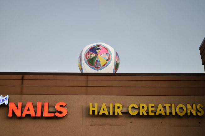 在燈飾展式的上方,也有一個球型燈飾,在百福大道上就可看到,十分明顯。(記者吳炳宏/攝影)