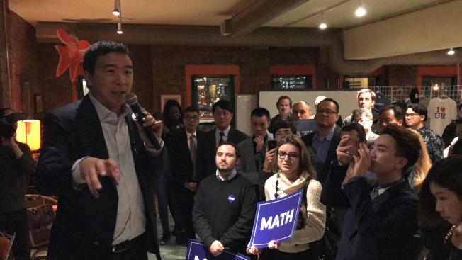 楊安澤(左)「人性至上」的參選理念,獲得芝加哥地區支持者的熱烈響應。(記者董宇╱攝影)