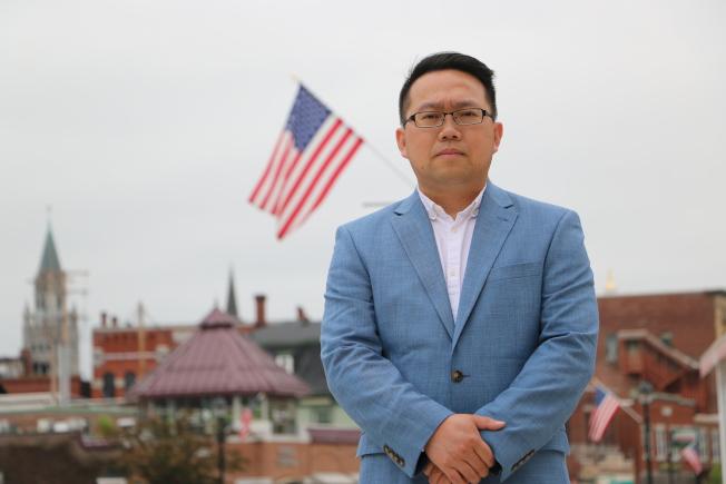 2013年移民美國的秦偉平宣布參選2028年國會議員。(秦偉平提供)