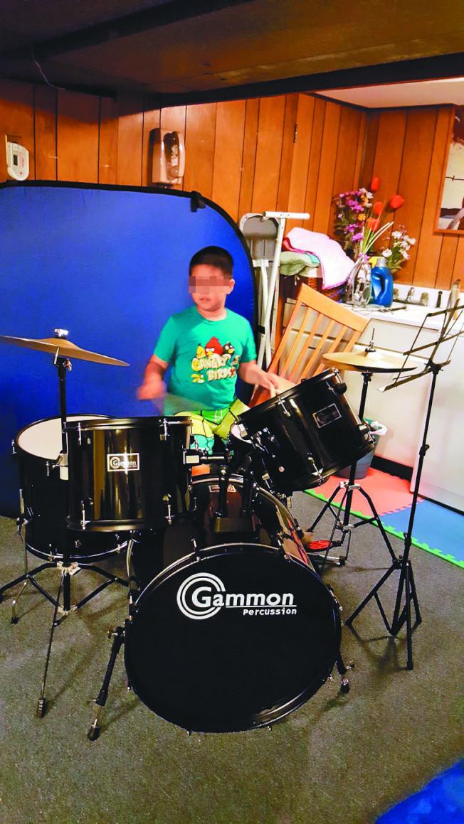打鼓、彈琴、唱歌…音樂治療 助自閉症華童重生