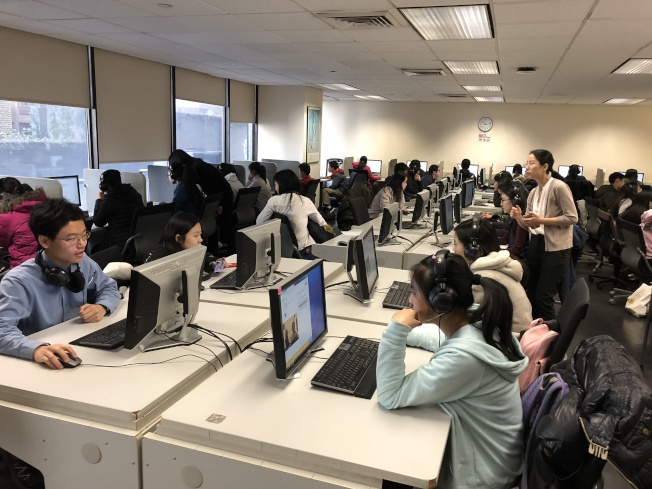 紐約華僑學校80名學生,日前至亨特學院參加標準化語言能力測試。(華僑學校提供)