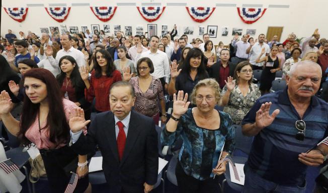 美國的公民權,除了出生取得之外,也可經由歸化途徑取得。圖為新移民宣誓成為美國人。(Getty Images)