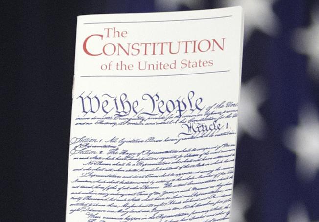 美國憲法並未明文規定,是後來國會通過的憲法修正案規定出生公民權。(美聯社)