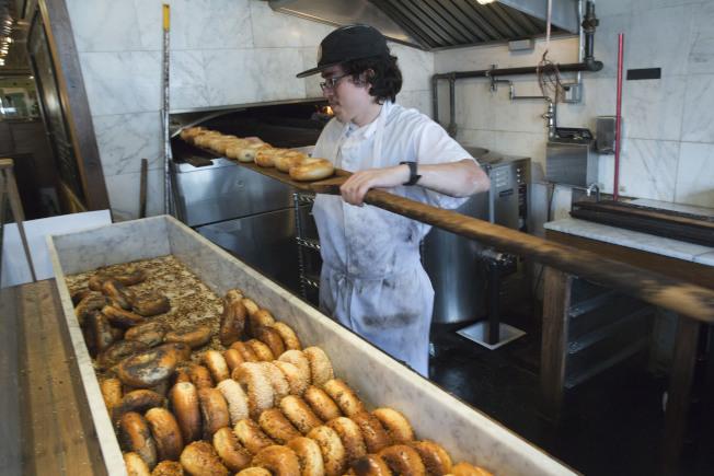 紐約一家烘焙坊的師傅正在烤貝果。(美聯社)
