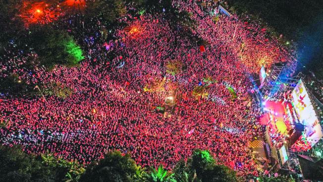 國民黨高雄市長候選人韓國瑜14日在岡山造勢,現場十萬人高喊「人民作主」。(記者王騰毅/攝影)