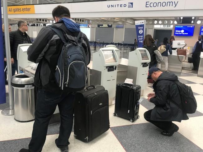機票價格沒漲,但多家航空公司的托運行李費悄悄調升了兩成,圖為旅客在自助行李托運條碼機前操作。(特派員黃惠玲/攝影)