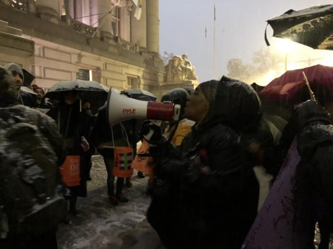 抗議者高喊口號,呼籲州府通過租金管制法案。(記者顏嘉瑩/攝影)