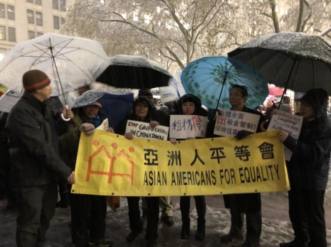 亞平會與多名遭到房東逼遷的華人租客於15日參加當天的全民租金管制千人大遊行。(記者顏嘉瑩/攝影)
