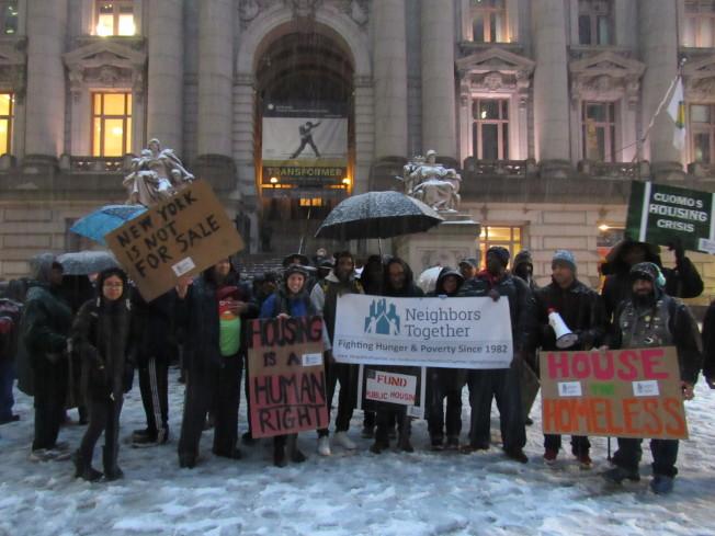 抗議者呼喊著口號,呼籲當局通過租金管制法案。(記者顏嘉瑩/攝影)