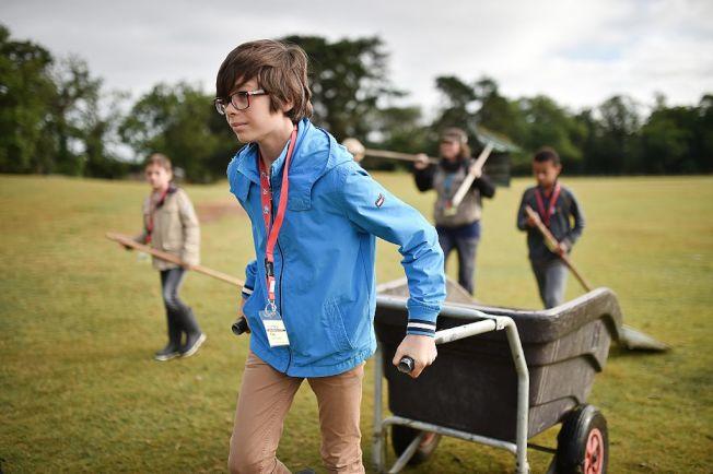 孩子夏日參加戶外活動,要做好防蛇措施。(Getty Images)