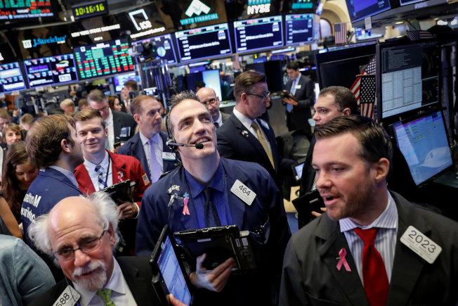 美股表現佳,交易員滿面笑容。(路透)