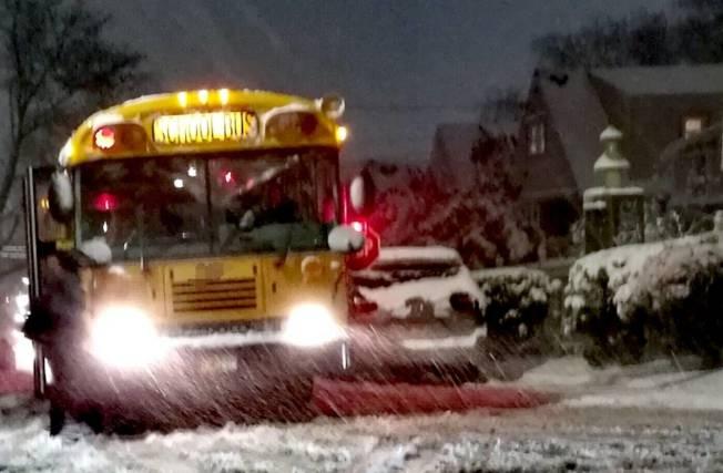 15日突如其來的暴雪引發交通噩夢,有些校車送學生回家直到半夜。(讀者提供)