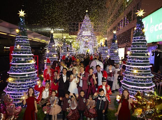 香港海港城每年聖誕節都舉行聖誕亮燈儀式。今年海港城以「Christmas Treasures」尋找聖誕瑰寶為主題,打造浪漫聖誕打卡熱點。圖為11月13日晚的亮燈儀式。(中通社)