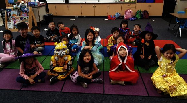 華僑中文學校10月份主題是孝順,學生並在10月底喬裝打扮慶祝萬聖節。(華僑中文學校臉書)