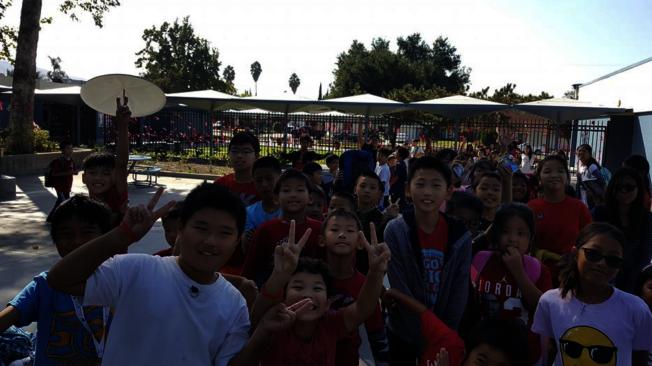 學生們每天都穿著不同服裝響應「反毒宣傳周」。(華僑中文學校臉書)