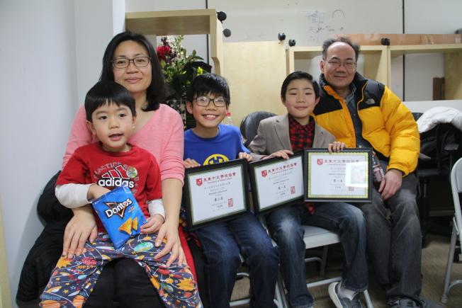 Brandon(左三)、Hunter(左四)与家人一同参加颁奖典礼。(记者赖蕙榆/摄影)