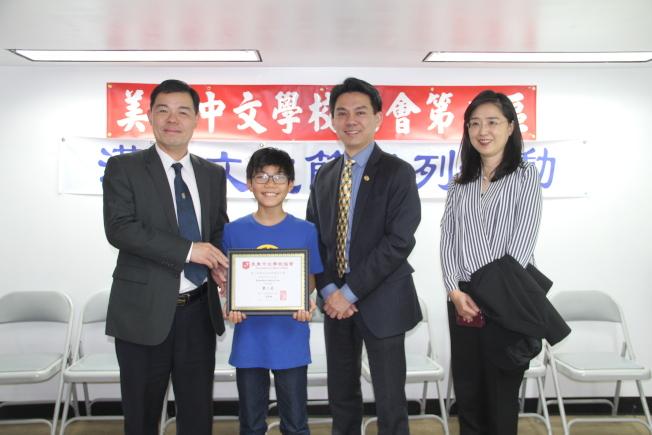 赫德逊中区中文学校华裔学生Brandon Lebun-Luo获得中年级组书法亚军。(记者赖蕙榆/摄影)