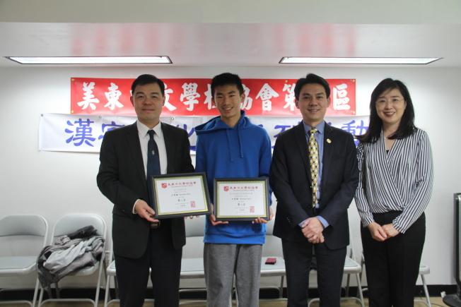 赫德逊中区中文学校时石育融(左二)在书法、国画中皆获得高年组亚军。(记者赖蕙榆/摄影)