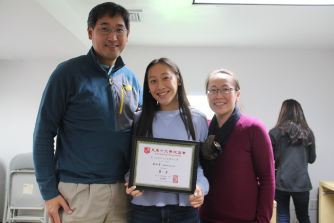 北威中文学校学生林咏雯(中)已连续四年获得汉字文化节书法冠军。(记者赖蕙榆/摄影)