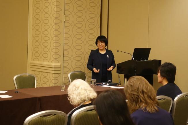 劉曉芳鼓勵華裔老人多與家人和醫生探討臨終關懷問題。(記者金春香/攝影)