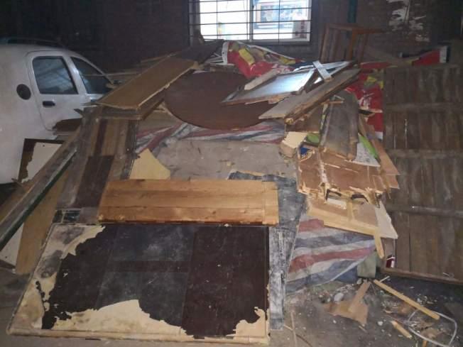 太原市区康乐片区采用强制禁煤方式推行清洁取暖,造成民怨。图为群众收集的废旧木家具、地板等劈柴。(取材自人民日报客户端)