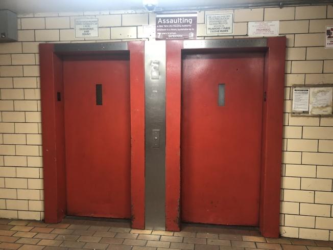 案发楼内配有两部电梯且空间较小。(记者张晨/摄影)