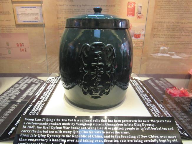 大型的涼茶罐。(記者顏嘉瑩/攝影)