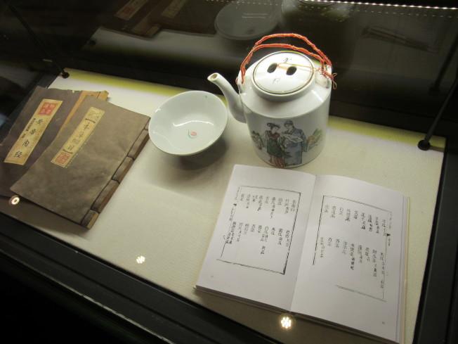 博物館內擺設多件展示品,講述涼茶歷史。(記者顏嘉瑩/攝影)