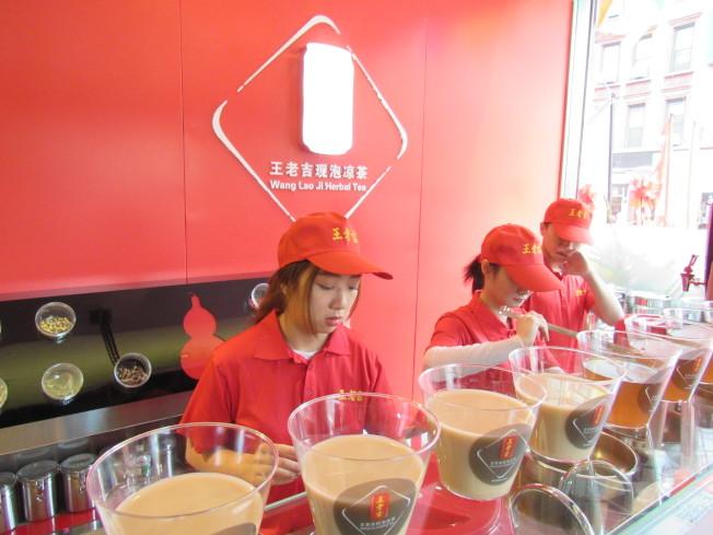 博物館內有現泡涼茶供參觀民眾試飲。(記者顏嘉瑩/攝影)