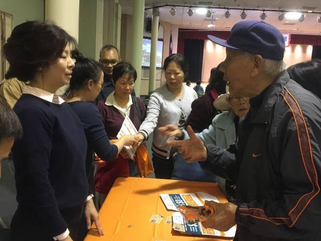 参与民众在讲座休息时间积极询问红蓝卡相关资讯。(记者谢雨珊/摄影)