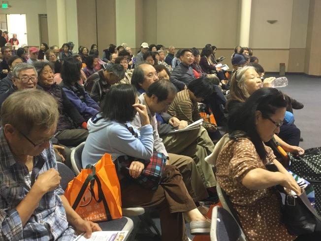 洛杉矶世界日报主办的「健保开放注册论坛」」,吸引大批年长者涌入,个个仔细做笔记、踊跃发问。(记者谢雨珊/摄影)