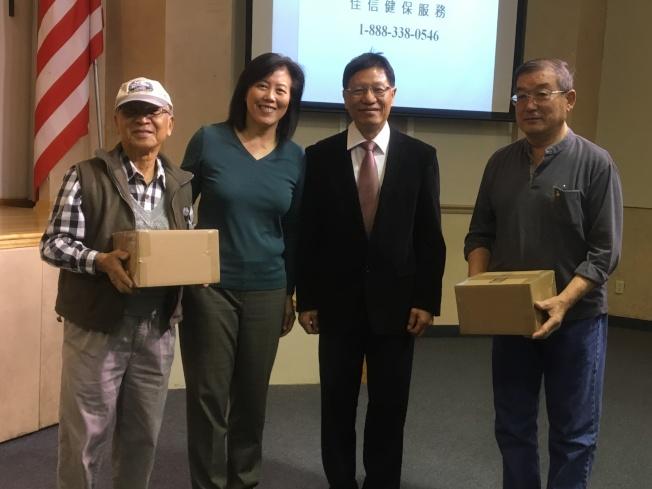 参与民众从佳信健保总裁黎淑妍(左二)手中获得蒸蛋器。(记者谢雨珊/摄影)