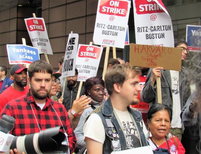 波士頓Ritz-Carlton酒店員工要求提高待遇,日前在酒店前罷工遊行;Ritz-Carlton酒店是萬豪集團下的酒店之一。(記者唐嘉麗/攝影)