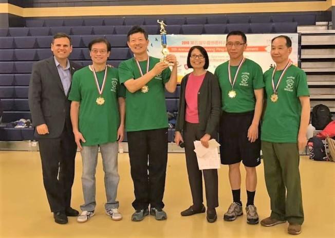 摩頓市長Gary Christenson(左)頒發老年男子組冠軍獎;右三為華夏文協主任洪梅。(主辦單位提供)