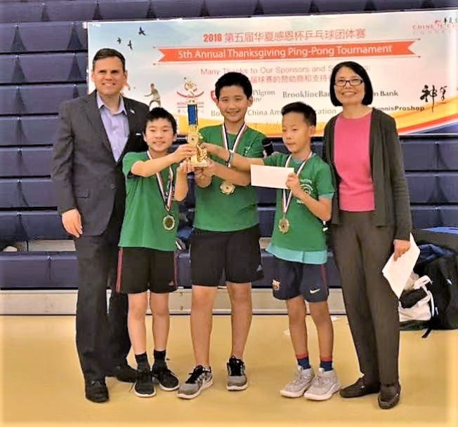 摩頓市長Gary Christenson(左)頒發學生組冠軍獎;右為華夏文協主任洪梅。(主辦單位提供)