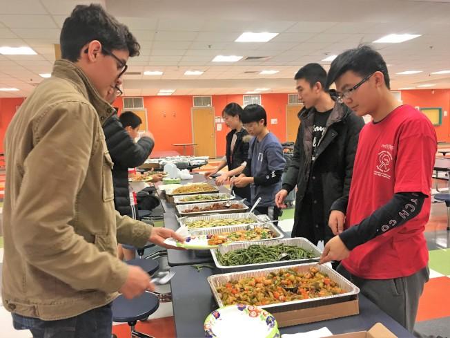 參賽人員享用摩頓市稻香小餐捐贈提供的中式午餐。(主辦單位提供)