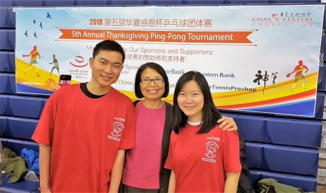 主辦單位華夏文協主任洪梅(中)、活動總負責姜溢華(右),和總裁判季李頻。(記者唐嘉麗/攝影)