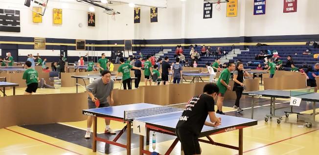 第五屆華夏感恩杯乒乓球團體賽有42支隊伍、160名球員齊聚摩頓高中體育館較量球技、以球會友。(記者唐嘉麗/攝影)