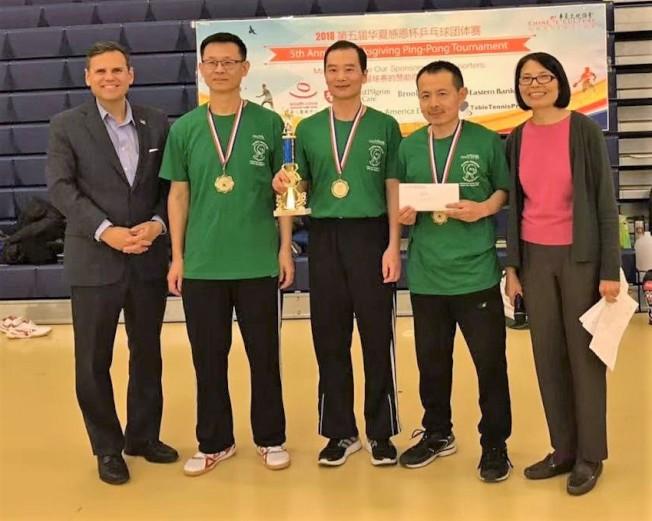摩頓市長Gary Christenson(左)頒發成人組冠軍獎;右為華夏文協主任洪梅。(主辦單位提供)