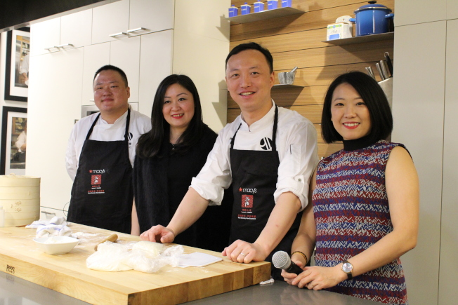 來自上海的名廚帶來交互展演,傳授上海點心的製作。(記者張筠/攝影)