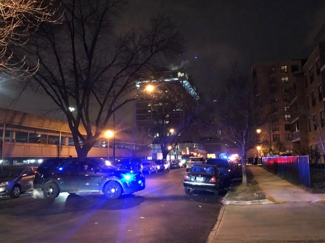 邻近华埠的芝加哥慈爱医院(图中高楼),19日下午发生枪击案。(特派员黄惠玲╱摄影)