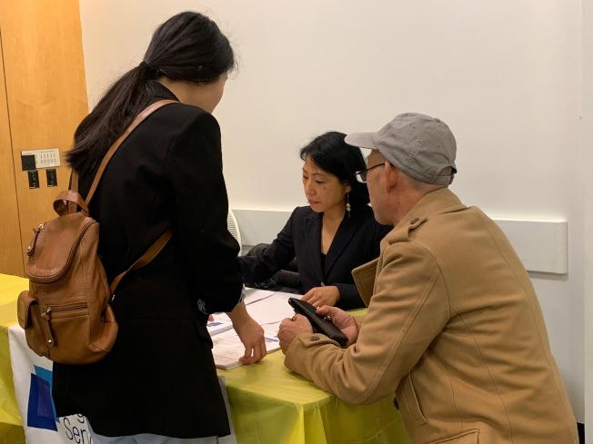 「健保諮詢日」現場有法律諮詢師協助民眾了解移民相關議題。(記者賴蕙榆/攝影)