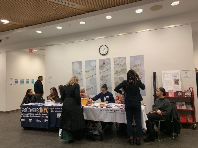 市衛生局、紐約移民聯盟專員在「健保諮詢日」講解醫療保險和公共負擔議題。(記者賴蕙榆/攝影)