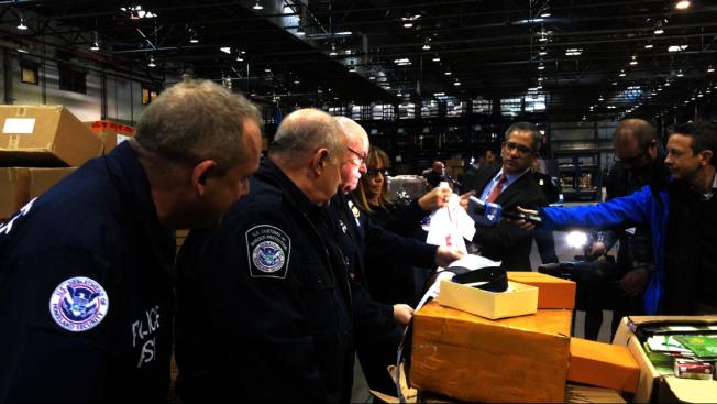 CBP工作人員開箱驗證仿冒品。(記者牟蘭/攝影)