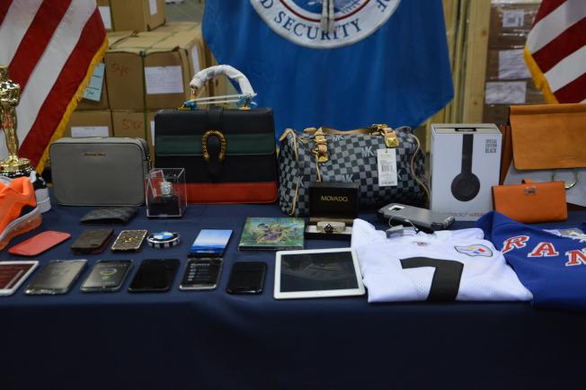 CBP工作人員展示仿冒MK、三星及iPhone等智能手機。(記者牟蘭/攝影)