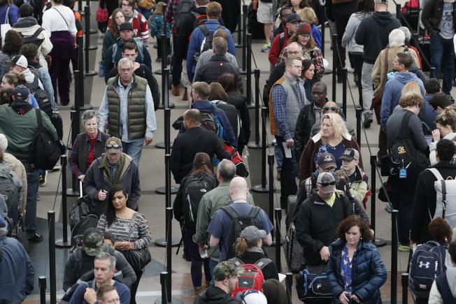 感恩節前夕,返鄉過節旅客大增,科州丹佛國際機場內人滿為患。(美聯社)