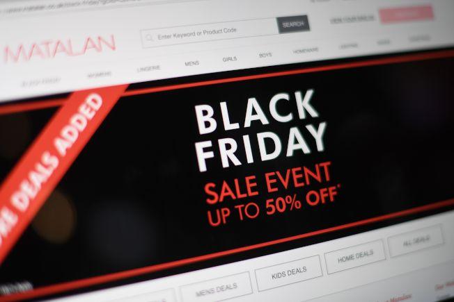 今年感恩節晚間,美國百貨公司出現購物人潮,且截至美東22日下午5時,美國人共花費17億5000萬美元網購,反映經濟強勁和薪資成長,促使假期銷售季開紅盤。Getty Images