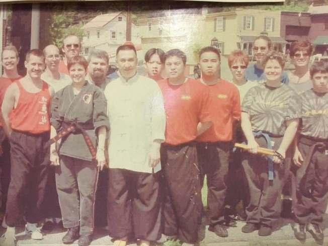 华埠武馆在上个世纪七八十年代达到全盛,各族裔爱好者纷纷来到华埠学习道地的中国功夫。(伍德华提供)